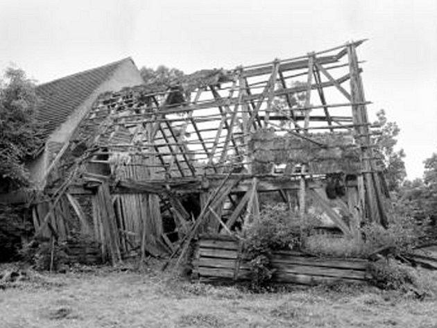 Snímek, který vidíte, je černobílý, neboť pochází z roku 1979. Tehdy se Jiřímu Škabradovi podařilo vyfotit dožívající konstrukci stodoly s takzvaným krovem  na kobylu u usedlosti čp. 7 v Újezdci.Jiří Škabrada