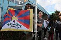 Vlajka pro Tibet. Student Křižíkova gymnázia Jan Anderle před buduvou školy vyvěšuje tibetskou vlajku.  Škola se tak připojuje ke světové kampani na podporu Tibetu