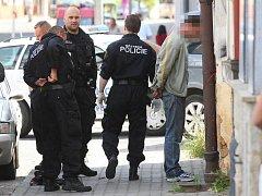 Rozruch způsobilo několik houkajících aut státní i městské policie, která se ve čtvrtek krátce po poledni přiřítila do Kollárovy ulice v Plzni. 30letý útočník tady na chodníku fyzicky napadl 62letého muže