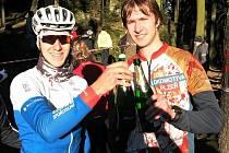Nejrychlejší  vítězové v historii  (zleva) Jan Rajchart a Jiří Valeš si připíjejí na vrcholu Žďáru.
