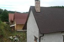 Tři chaty, které právě vznikají v oblasti v obci Planá, jsou podle starosty jedněmi z posledních. Většina chatových lokalit je prý už plná