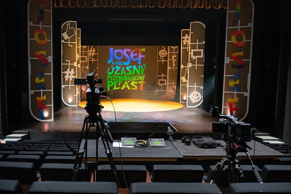 S oblíbenou muzikálovou show Josef a jeho pestrobarevný plášť se v sobotu 22. května rozloučí muzikálový soubor Divadla J. K. Tyla v Plzni. Bude to on-line přenosem posledního představení, které se odehrálo bez veřejnosti v polovině dubna.