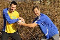 Až do třetího jarního divizního kola si musel na svůj návrat na české fotbalové trávníky počkat Petr Knakal (vlevo na snímku s bratrem Martinem). Oba se utkají v derby 19. dubna