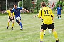 Po bezbrankové remíze si fotbalisté Slovanu Spoje v duelus Liticemi připsali druhý bod po penaltovém rozstřelu, který vyhráli 3:2. Na snímku se probíjí obranou Slovanu útočník Litic Jan Šulan(v tmavém dresu).