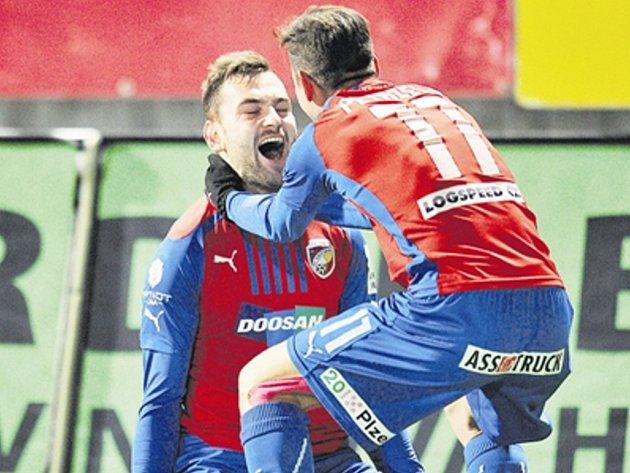 Radim Řezník a Milan Petržela se radují z vítěznéop gólu.