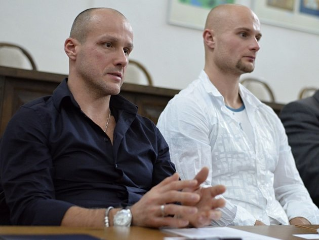 Hokejové hvězdy Martin Straka (vlevo) a Michal Dvořák slibují, že budou motivovat děti ze školky ve Staniční ulici, ukážou jim stadion a společně podniknou některé sportovní akce