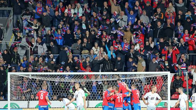 Fotbalisté Viktorie Plzeň slaví jediný gól do sítě pražské Sparty, který si po střele Romana Procházky nešťastně vstřelil hostující Radakovič.