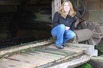 Lenka Havlíčková u vodního kola, jediného zdroje elektřiny pro dům její rodiny v severoplzeňských Bohách.