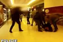 Zásah kriminalistů v nákupním centru Plaza