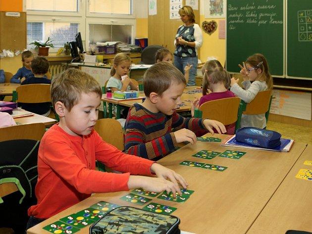 Ostych ve třídě talentovaných prvňáků nenajdete. Před ostatními i učitelkou Stanislavou Hlavinkovou chtějí předvést svoje schopnosti. Hlásí se a soutěží, kdo bude dřív u tabule.