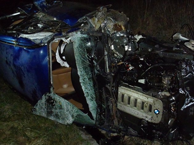 BMW vyletělo ze silnice a zdemolované skončilo ve vybetonované vodoteči.