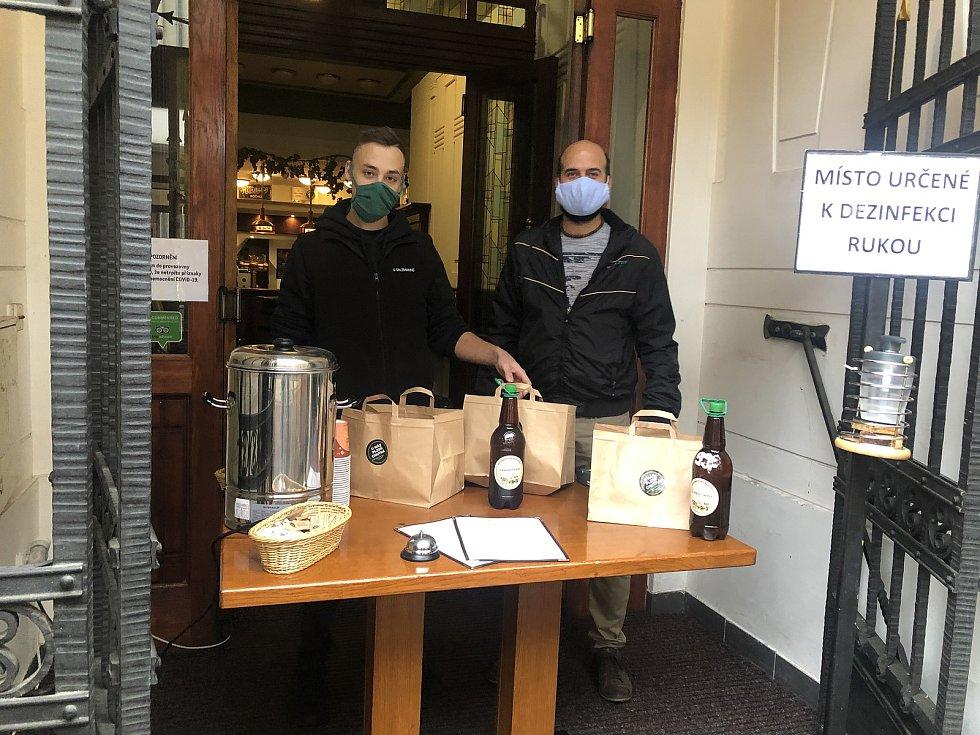 Jedním z podniků, kde zavedli prodej přes okénko, je tradiční plzeňská restaurace U Salzmannů. Foto: Plzeňský Prazdroj