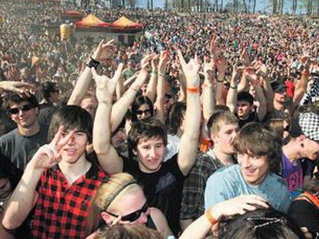 MAJÁLESOVÉ PUBLIKUM. Závěrečný den studentských oslav jara v loňském roce přivedl do lochotínského amfiteátru v Plzni více než dvacet tisíc lidí.