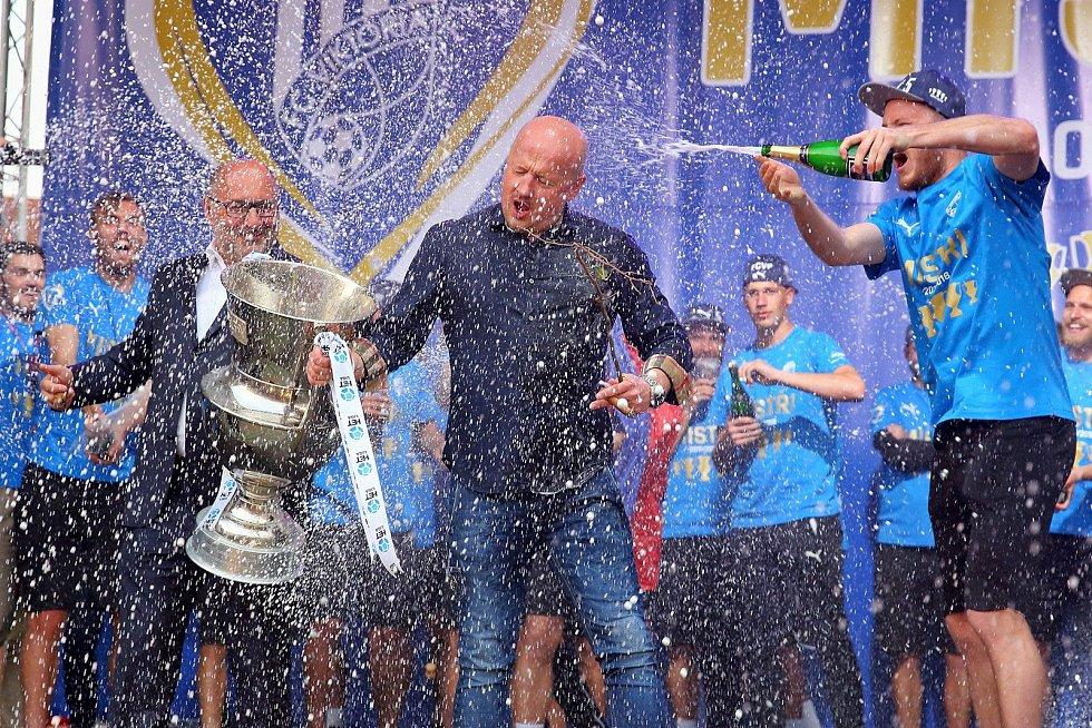 Naposledy mistři. Adolf Šádek a dnes už bývalý prezident klubu Tomáš Paclík při mistrovských oslavách v roce 2018 na plzeňském náměstí.