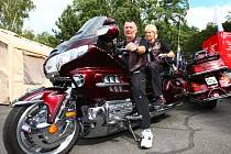 Manželé Karel a Květa Müklheimovi předvádí svého dvoukolého miláčka Hondu GoldWing. Jejich stroj patřil k těm, které dorazily na sraz této značky v plzeňském kempu Ostende. Spatřit tu bylo možné motorkáře ze Švédska, Německa, Velké Británie i dalších zemí