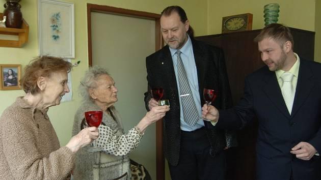 Marii Behenské (druhá zleva) přeje k úctyhodným narozeninám Lumír Aschenbrenner a Bohuslav Duda ze slovanské radnice. Vedle oslavenkyně je její dcera Marie Štěpáníková.