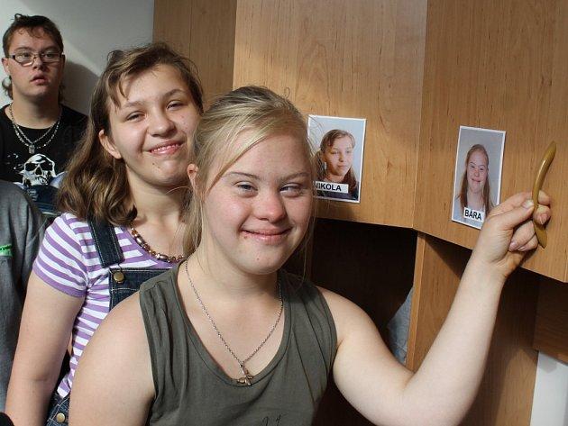 Děti se díky rekonstrukci dočkaly například nových šaten se skříňkami, na nichž jsou i jejich fotografie a jména