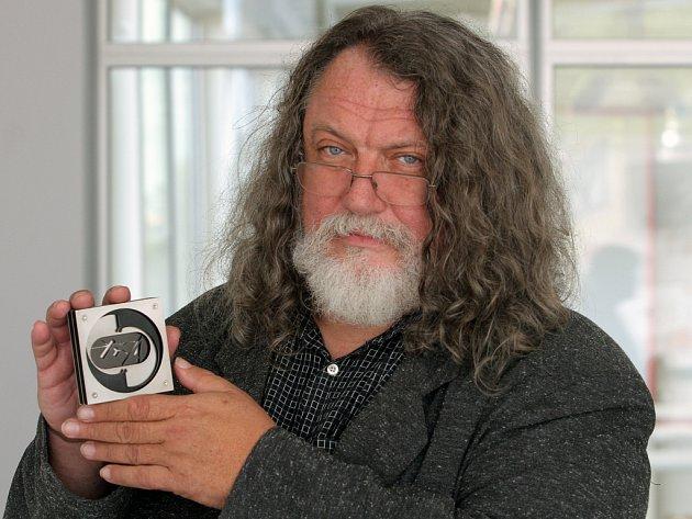 Ředitel Ústavu umění a designu Josef Mištera ukazuje Cenu Ladislava Sutnara, jež bude během večera udělena.