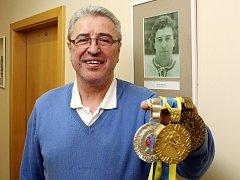 Mistr světa a  držitel stříbrné olympijské medaile Bohuslav Ebermann ukazuje část své sbírky hokejových cenností.