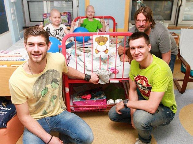 Radek Motlík (vzadu), Petr Vinkelhöfer (uprostřed) a Jan Blecha dětem přinesli šály, obrázky nebo plakáty.