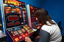 Vidina snadného výdělku vede často k závislosti na herních automatech. Někteří hosté zde nechají za jeden den celou výplatu.