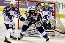 FINIŠ.  Plzeňský Lukáš Pulpán (vlevo) kryje Rostislava Olesze z týmu Vítkovic v posledním utkání základní části.