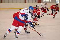 Česká hokejová reprezentace do 16 let si v přípravných utkáních se Švýcarskem připsala dvě vítězství a jednu porážku. Snímek je ze zápasu v Domažlicích