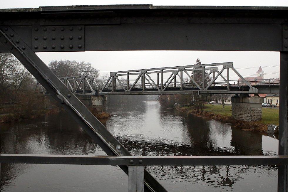 Horažďovice - zvednutá hladina řeka Otava železniční most