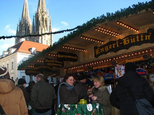 Návštěvnice vánočních trhů v Řeznu si dávají tradiční nápoj trhů svařené víno.