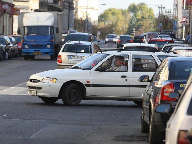 Kvůli omezenému výhledu musí často řidiči vjet až do křižovatky. Příkladem může být na našem snímku roh Husovy a Kaplířovy ulice