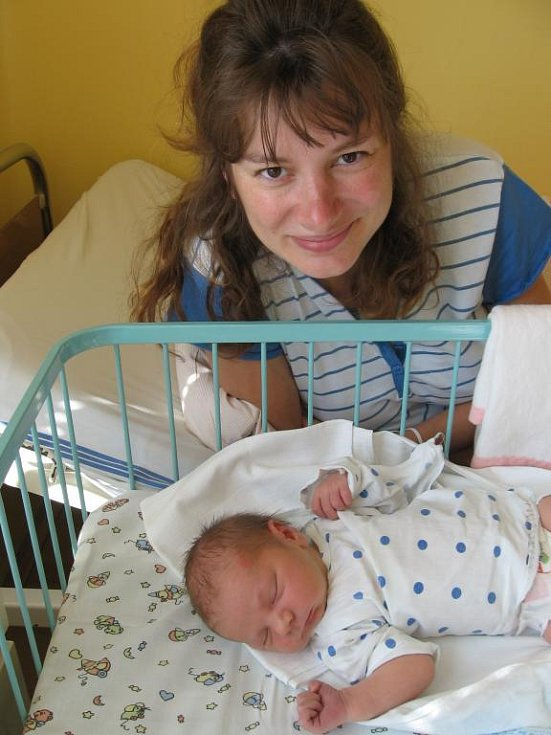 Čtyřleté Adélce Kortusové zPlzně při prvním pohledu na brášku Honzíka rozzářila štěstím očička a bylo na ní vědět, že má zněho velkou radost. Honzík (4,15 kg/53 cm) se narodil rodičům Svatavě a Jiřímu 27. května o páté hodině ranní vMulačově nemocnici