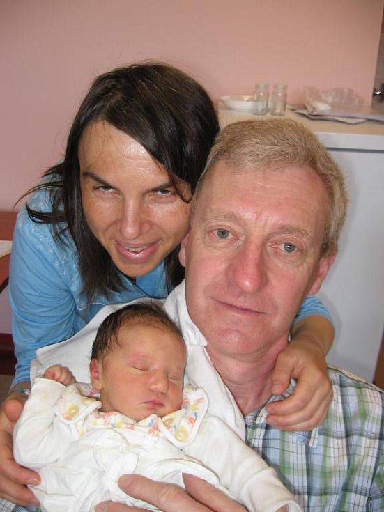 Krzystof Lukašik zPlzně, který je všestranným sportovcem, by byl rád, aby jeho prvorozená dcera Anička (3,76 kg/49 cm), kterou mu porodila manželka Dagmar 26. května v11.11 hod. ve FN vPlzni, byla také sportovkyní