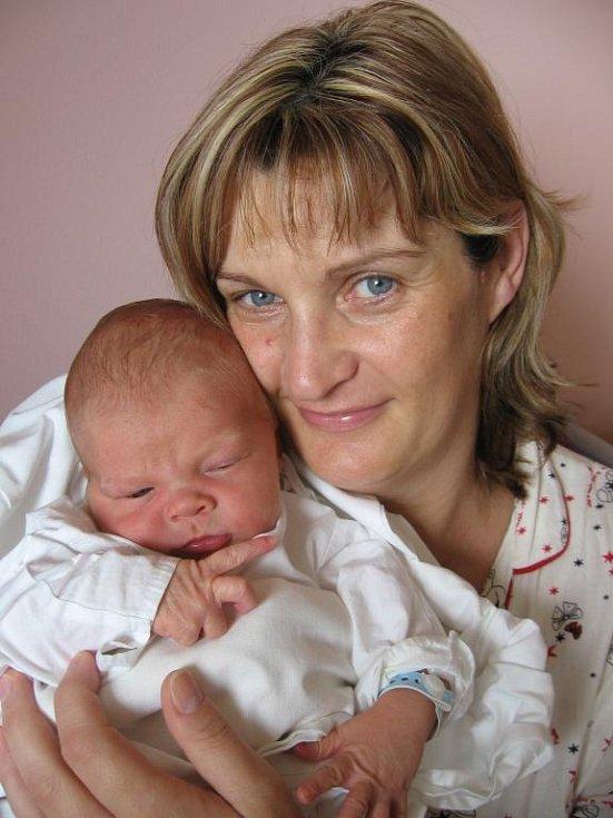 Šárce Vozkové a Lukáši Kocourkovi zPlzně se 31. května v7.57 hod. narodil ve FN vPlzni syn Adámek (3,90 kg/53 cm). Sedmnáctiletá Andrea se už těší, až se bude sbráškou vkočárku chlubit svým kamarádkám a kamarádům