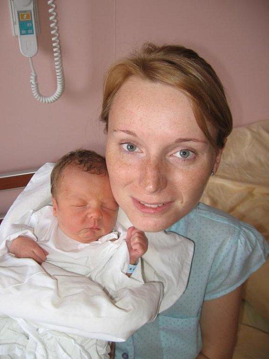 Čtyřletá Anetka Strejcová zKlatov se nemůže dočkat, až jí tatínek přiveze domů zFN vPlzni novorozeného brášku Michálka (2,90 kg/49 cm), který se narodil rodičům Jitce a Michalovi 31. května třiadvacet minut po dvacáté hodině