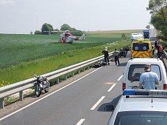 U nehody nedaleko Kožlan zasahoval i vrtulník. Motorkáře se ale zachránit nepodařilo
