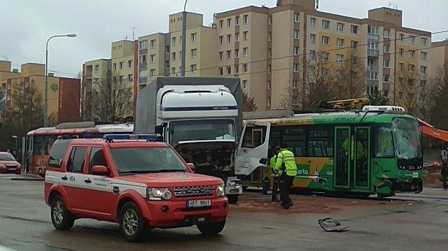 Střet tramvaje a nákladního auta u Severky v Plzni
