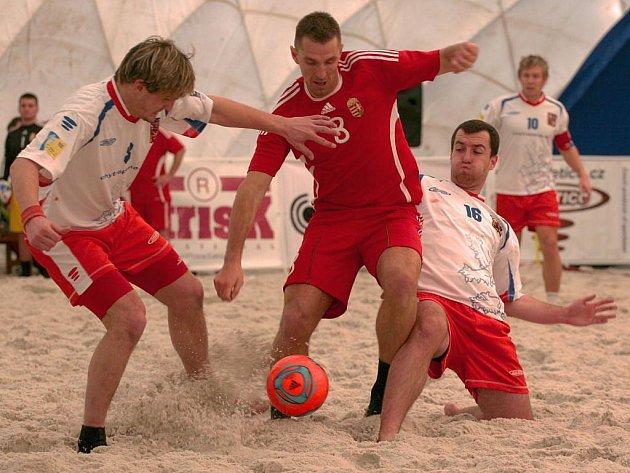 Čeští reprezentanti porazili na turnaji čtyř zemí v plážovém fotbalu Slovensko 8:4. Na snímku bojují s jedním ze soupeřů Plzeňan Tomáš Peteřík (vlevo) a Tomáš Robb