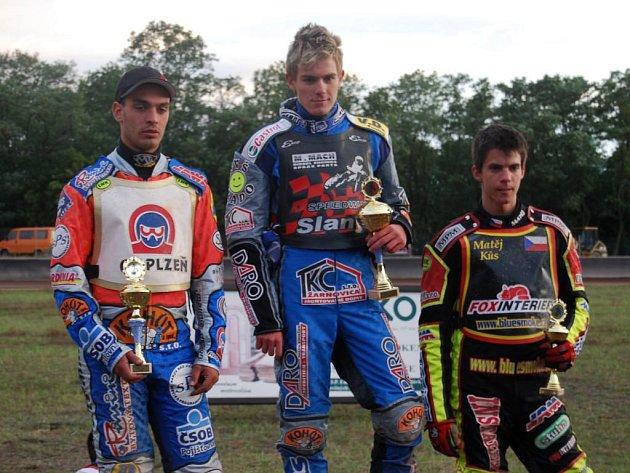 Matěj Kůs (vpravo) na stupních vítězů nedávného posledního závodu mistrovství republiky juniorů v Plzni.