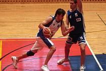 Miroslav Modr z týmu Basket Západ (vlevo) se snaží projít přes bránícího Luďka Jurečku z celku Univerzity Palackého Olomouc v nedělním utkání první basketbalové ligy.