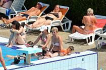 Sobotní tropické teploty přilákaly obyvatele Plzně do slovanského plaveckého areálu. Teplota vody ve venkovním bazénu dosahovala příjemných 26. stupňů.