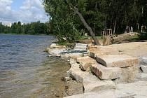 Opravené okolí Velkého boleveckého rybníka mohou lidé využít k procházkám