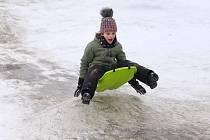 Podívejte se, jak se na Plzeňsku o víkendu dovádělo na sněhu.