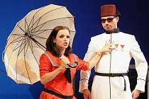 Nejspíš velmi rušno bude na jevišti plzeňského Velkého divadla v řádně zapleteném příběhu komické opery Turek v Itálii (na snímku z generální zkoušky jsou Jana Sibera jako Donna Fiorilla a Matěj Chadima v titulní roli Turka Selima