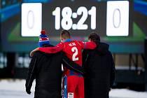 Lukáš Hejda opustil příbramský stadion za doprovodu lékařů už v 19. minutě.