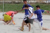 Duel mužstev FC Zmar (hráč v modrém) a FC Beach Bitches skončil nerozhodně 1:1, ani jeden z těchto týmů se však do semifinále neprobojoval.
