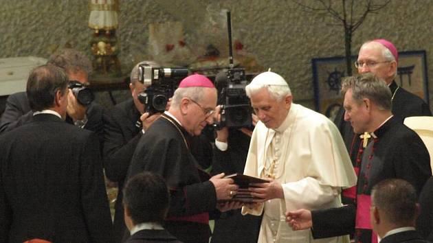 Plzeňský biskup František Radkovský papeži Benediktu XVI. předává jako dar Borské teze, které představují základ sociálního učení křesťanské církve
