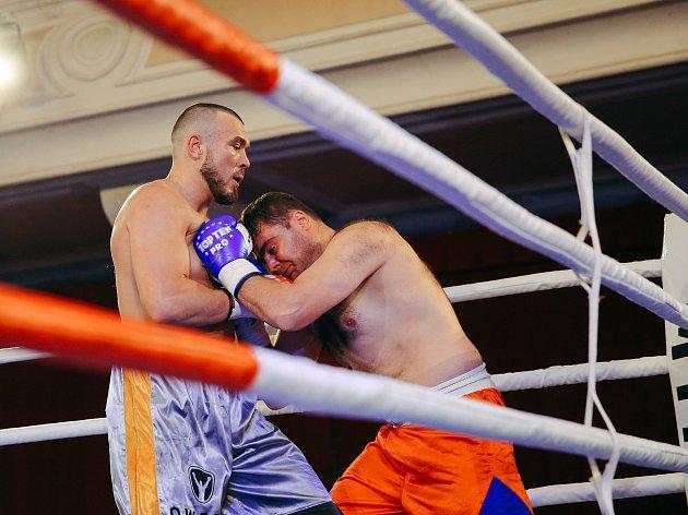 Václav Pejsar (vlevo) dával ránu za ranou Mtchedlišvilimu z Gruzie. Plzeňský boxer vyhrál v 1. kole.