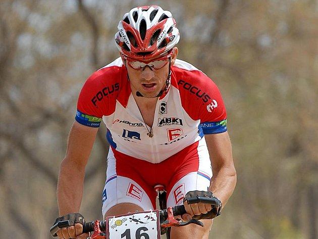 Tomáš Kozák, na snímku z Crocodile Trophy, si k titulu domácího i evropského mistra v terénní čtyřiadvacetihodinovce přidal teď  i  světové zlato