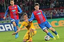 Plzeňský Václav Pilař (vpravo) uniká soupeři v utkání s Jihlavou.