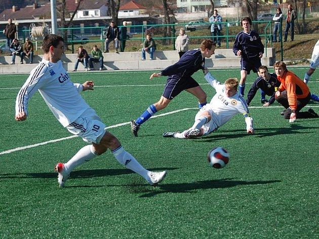 Fotbalisté Vejprnic se v rámci 17. kola divize střetnou v sobotu s pražskou Admirou. Snímek je z minulého utkání v Písku, kde Vejprničtí prohráli 0:3